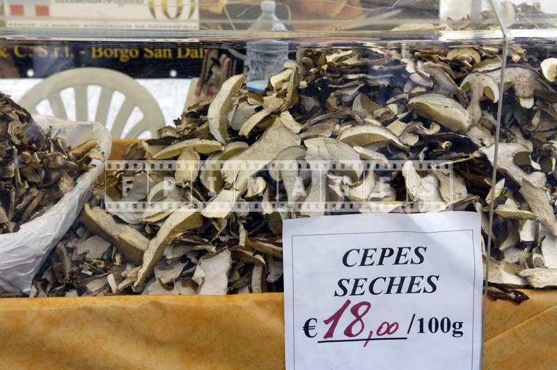 Dried and sliced edible mushrooms