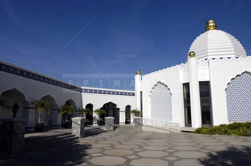 Photo of the Lake Shrine Temple courtyard