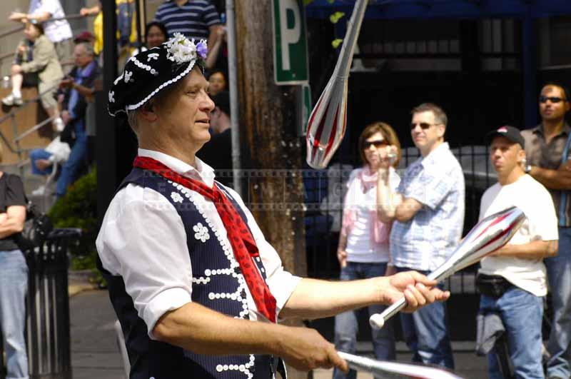 A juggler with clubs at the parade