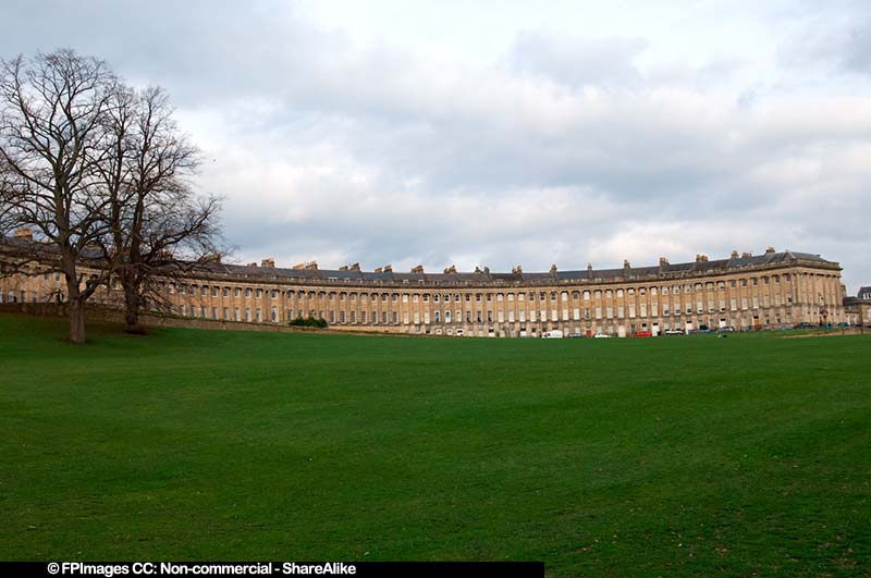 Wide angle view of the Royal Crescent and the lawn in front, free image