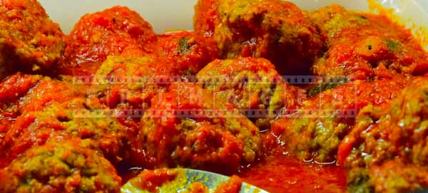 Meatballs in tomato sauce to accompany pasta, budget travel ideas