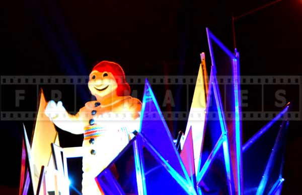 Bonhomme Carnaval greeting people at the winter night parade